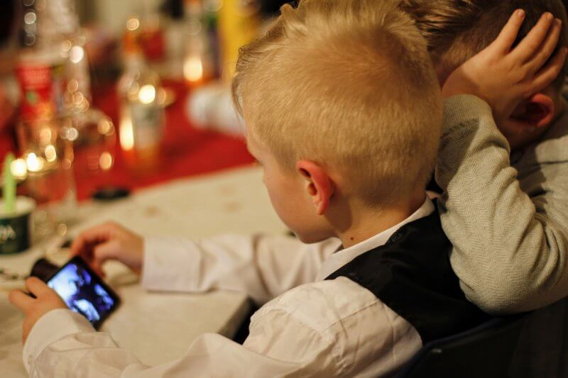 Bambino gioca con l'iPhone della madre e lo blocca per 47 anni
