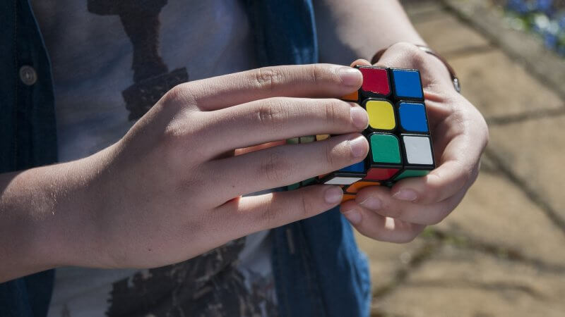 Risolve il Cubo di Rubik in 0.38 secondi, il video è incredibile